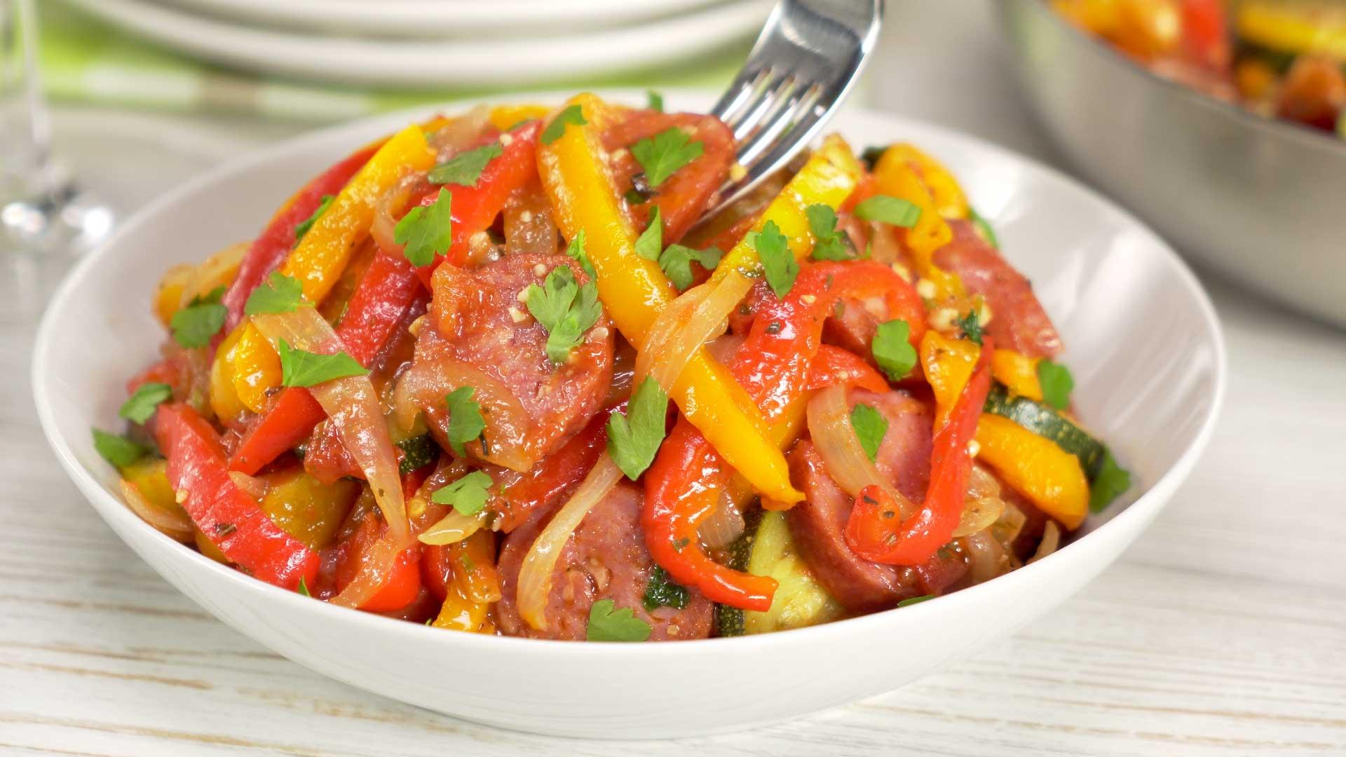 Быстрое рагу из сладкого перца с колбасками: понадобится всего 20 минут
