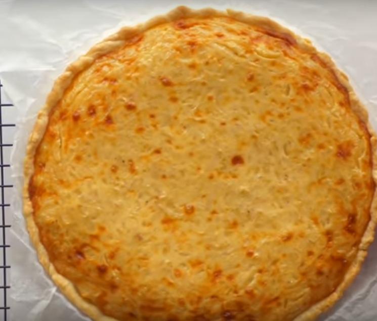 """Пирог """"Чипполино"""" с луком и плавленным сыром"""