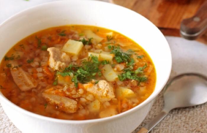Очень аппетитный гречневый суп с жареным мясом