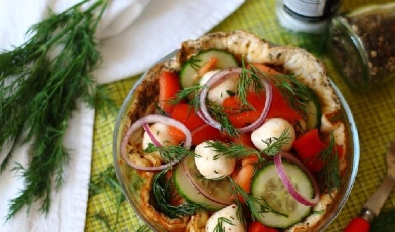 Сытный греческий салат в омлете: оригинальная подача