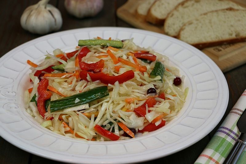 Маринованный салат из  капусты и овощей: пальчики оближешь