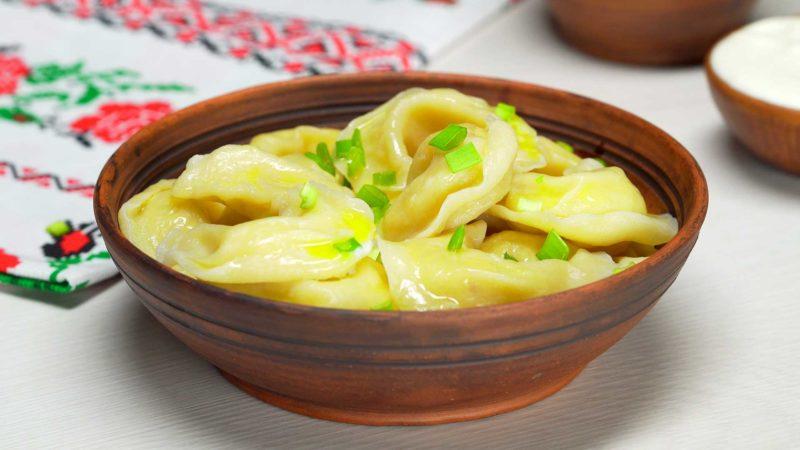 Аппетитные вареники с картофелем и жареным лучком: волшебный обед