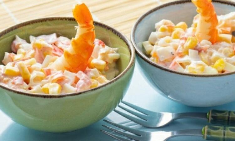 Вкусный салатик с креветками, кукурузой и крабовыми палочками