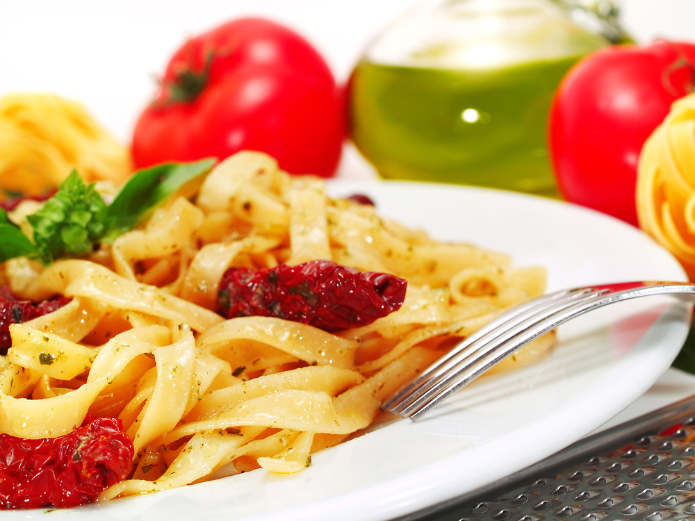 Аппетитные спагетти с вялеными помидорами