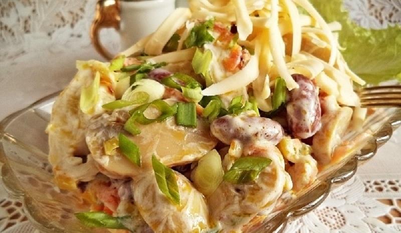 Сытный салат с фасолью и грибами: не оставит голодными!