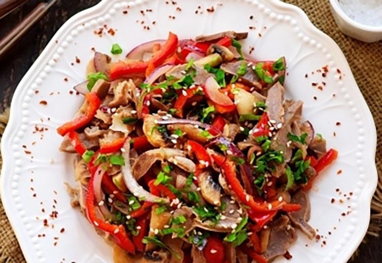 Отменный теплый салат из желудков и грибов