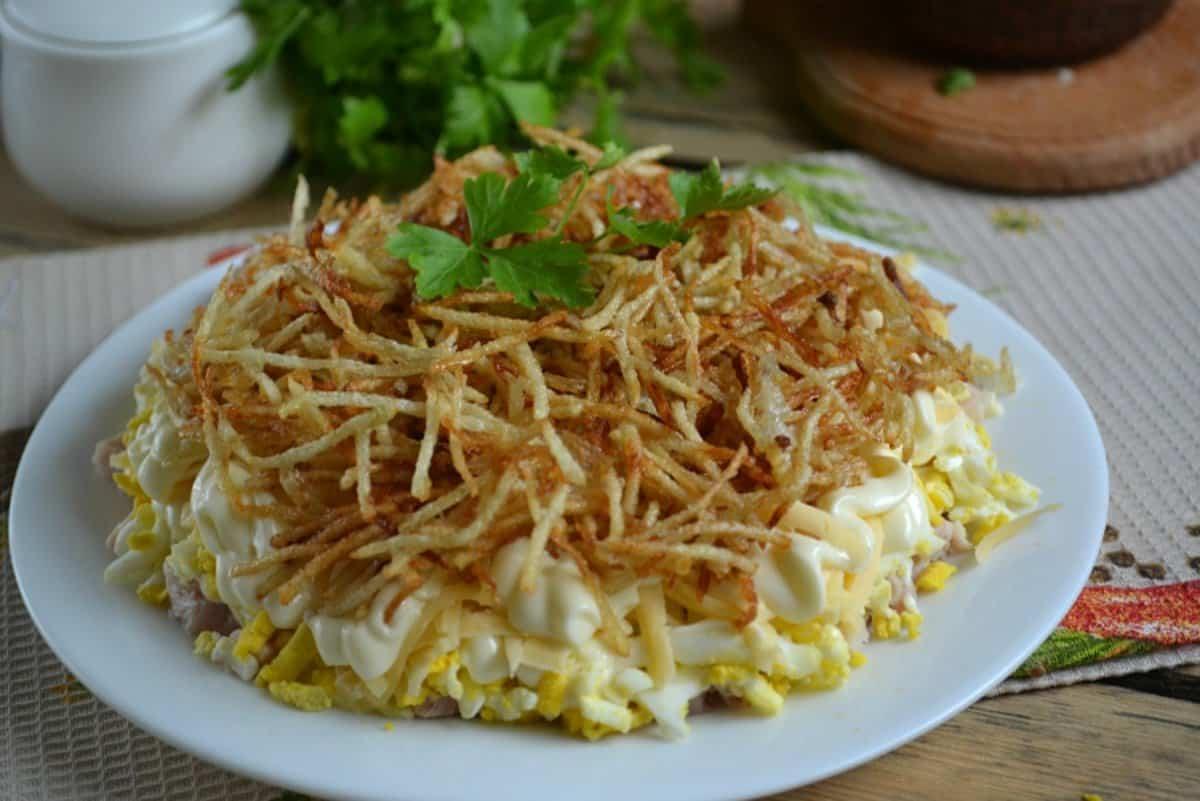 """Превосходный салат """"Гнездо"""" с картофельной соломкой"""