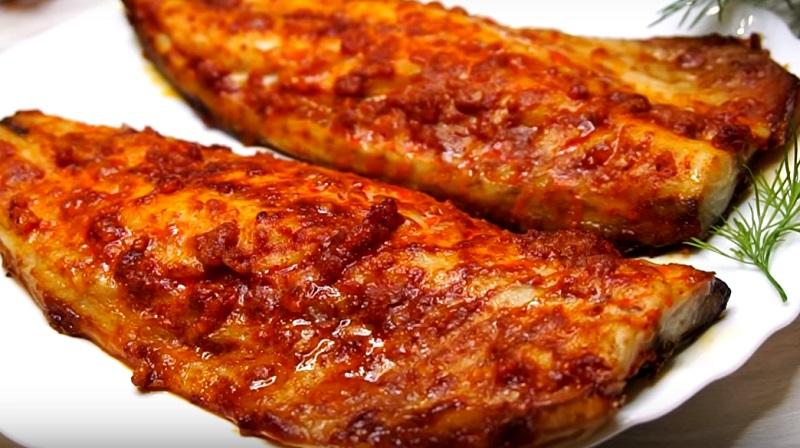 Скумбрия с чесноком и паприкой, запеченная в духовке: подсела на это блюдо