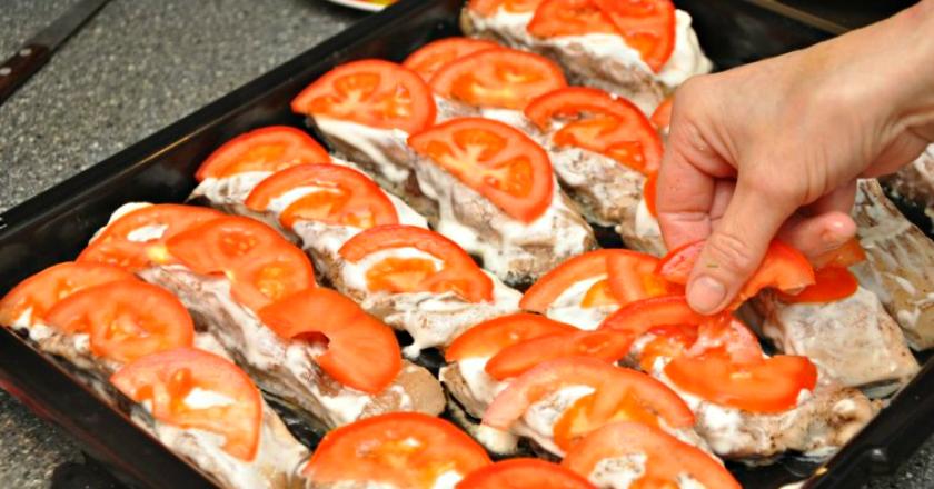 Отменный толстолобик, запеченный с помидорами
