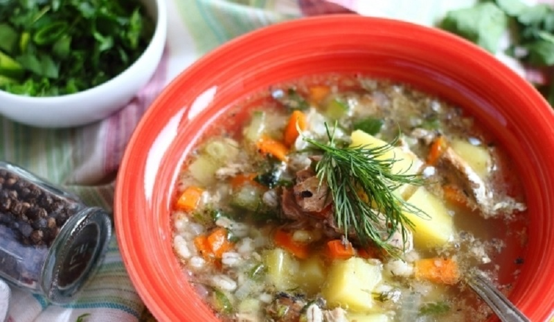 Перловый суп с рыбными консервами: быстро и очень вкусно