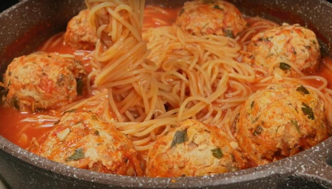 Превосходные тефтели со спагетти в томатном соусе