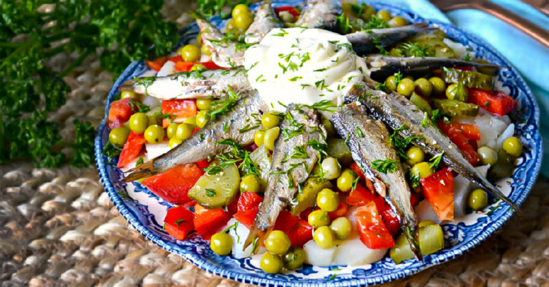 Шикарний салат зі шпротами: ніжний і пікантний одночасно