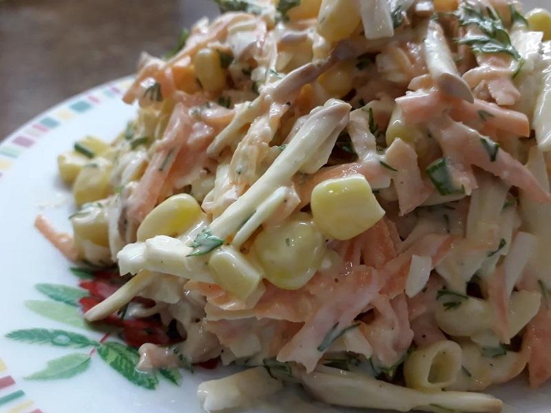 Смачний салат з копченим сиром