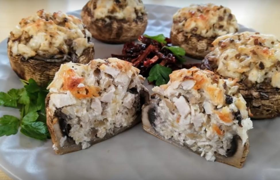Праздничное горячее блюдо - фаршированные шампиньоны