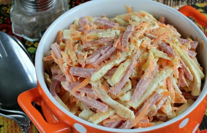 Обалденный салатик с яичными блинчиками и колбасой