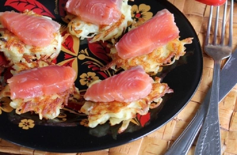 Драники с красной рыбой:  простая и очень вкусная закуска