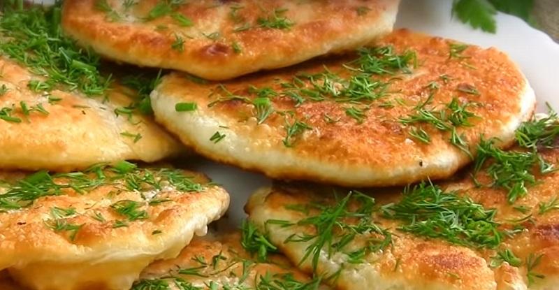 Изумительные лепешки с сыром: готовим на сковороде гору вкусняшек!
