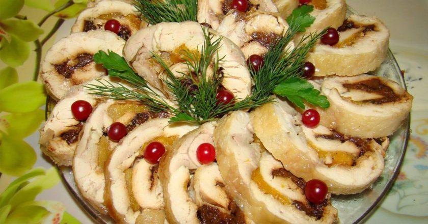 Куриный рулет с фруктами: и вкусно, и красиво, и полезно!