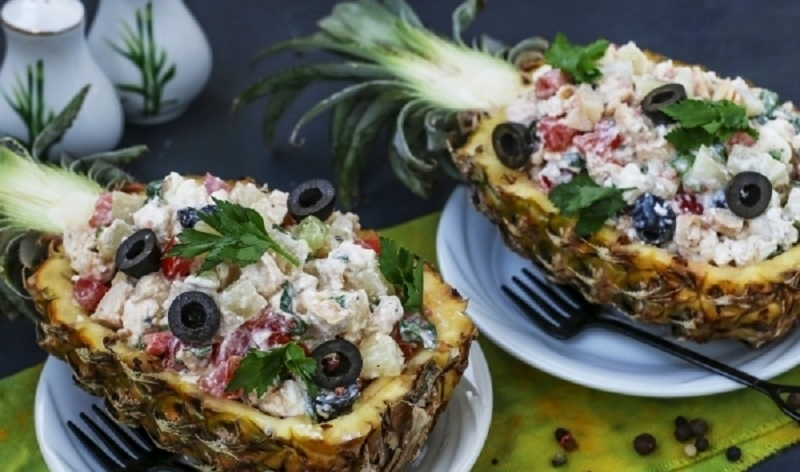 Эффектный салат с курицей: подаем в тарелках из ананаса!