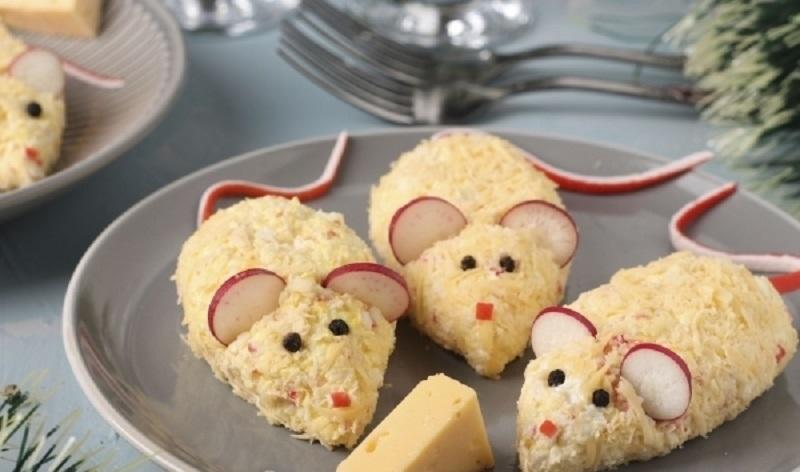 Закуска «Мышки» из сыра и крабовых палочек: украсит ваш стол