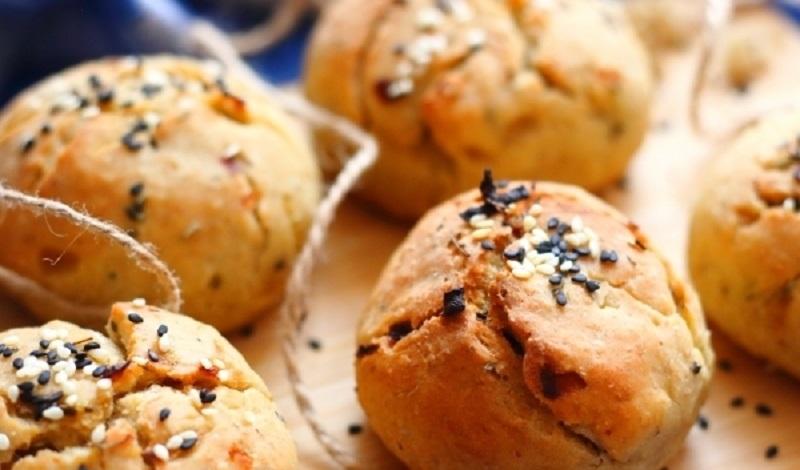 Ароматные луковые булочки: альтернатива хлебу и бутербродам