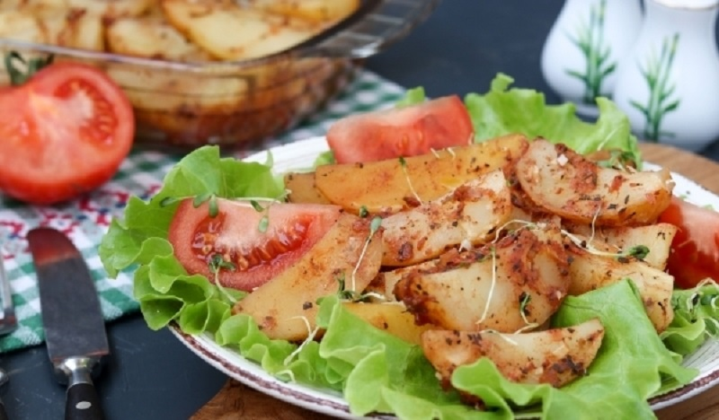 Картофель, запеченный в помидорном соусе: прекрасный гарнир