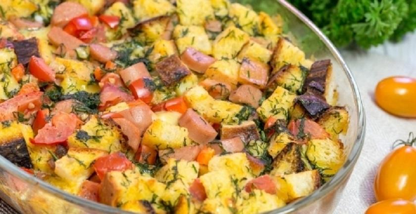 Запеканка из хлеба с сосисками, сыром и овощами: самодостаточное блюдо