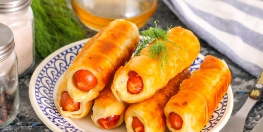 Сосиски в слоеном тесте: сытная закуска на сковороде