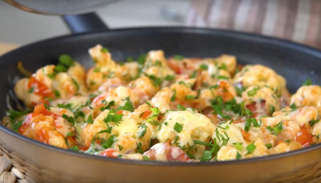 Вкуснейшая цветная капуста с помидорами, беконом и сыром