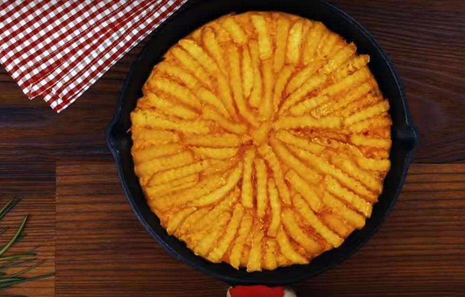 Вкуснятина с картофелем фри и сыром на сковороде