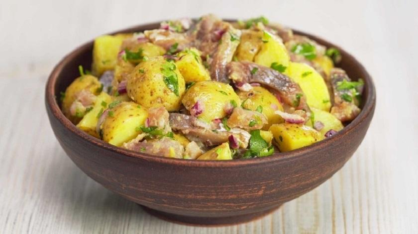 Картофельные салаты с сельдью: доступные продукты и минимум времени