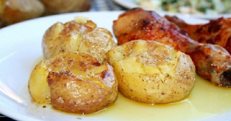 Картофель в кожуре, запеченный в духовке: одной порции будет мало