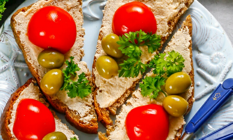 Бесподобные бутерброды с икрой трески, черри и оливками