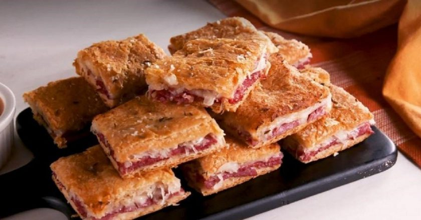 Закуска «Квадраты Рубена» с колбасой: для завтрака и быстрого перекуса