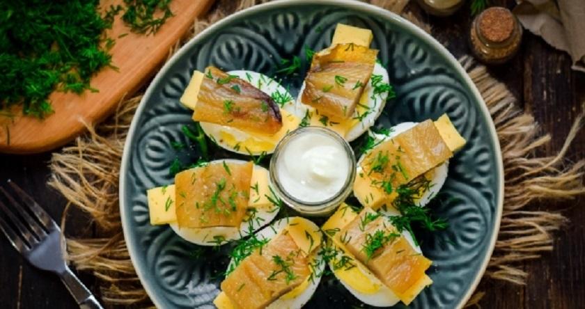 Закуска из копченой сельди и яиц: вкуснятина из простых продуктов