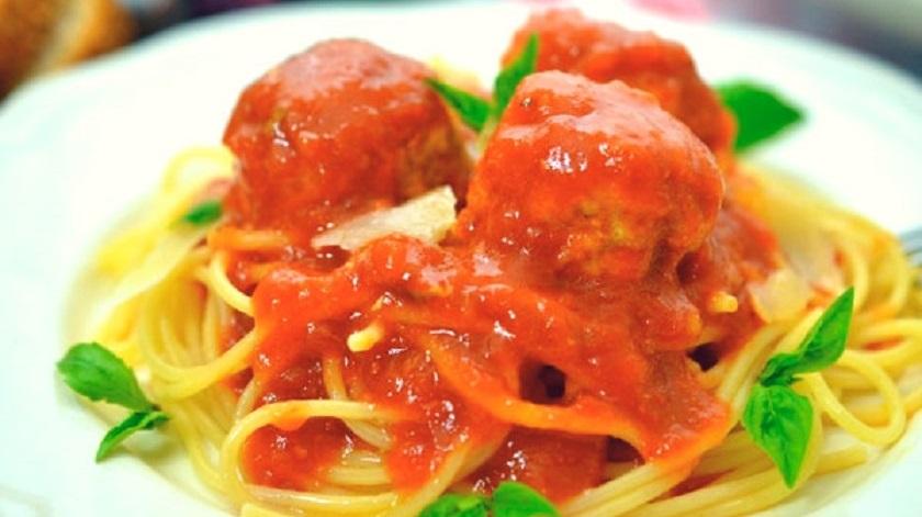 Куриные фрикадельки в томатном соусе: и ароматная подлива с травами