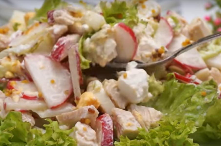 Удивительно вкусно! Салат из редиски с сыром и курицей