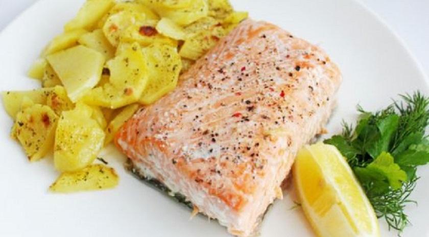 Пряный лосось с картофелем: готовим вкусное блюдо в духовке