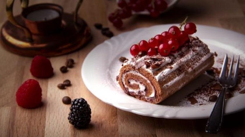 Шоколадный рулет со сливками: нежный бисквит с восхитительной начинкой