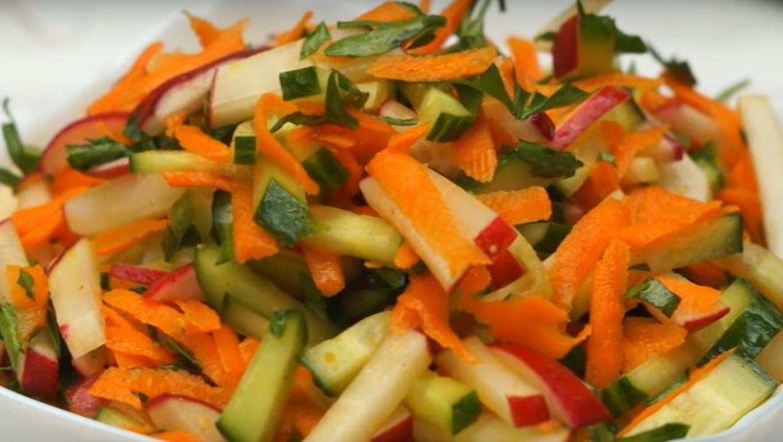 Салат из свежих овощей с редиской