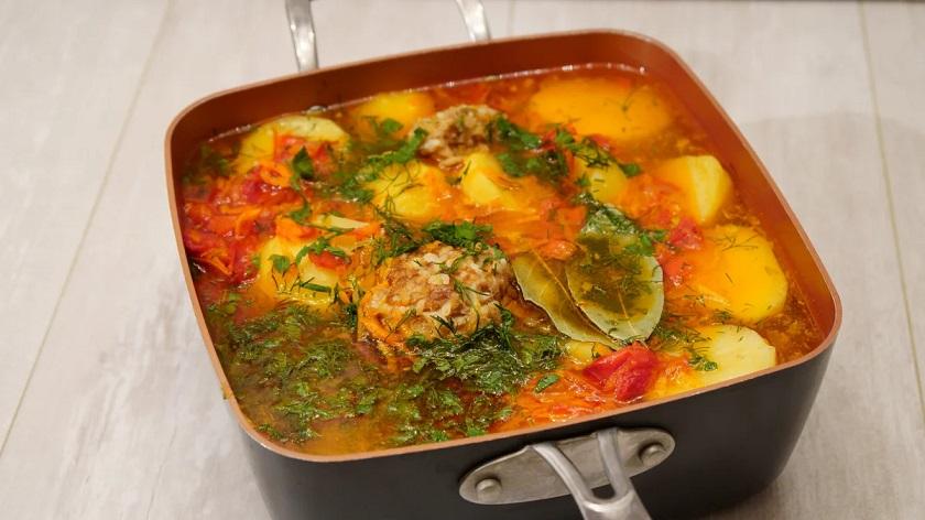 Картофельный суп с маленькими тефтелями: для поддержания семейного очага