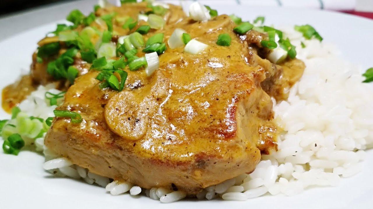 Сочная и мягкая свинина на сковороде с грибами в сливочном соусе