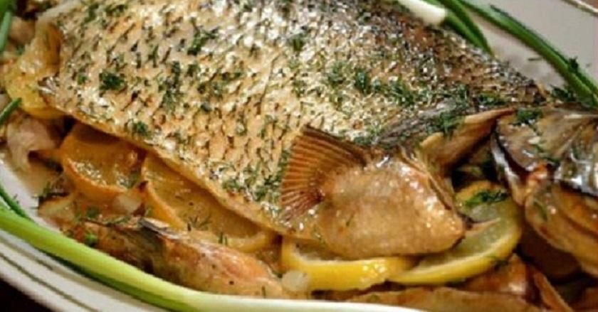 Нежная и сочная рыба, запеченная в духовке: пять рецептов на ваш выбор