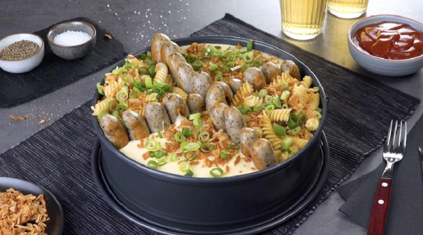 Закуска из колбасок и макарон с пикантным соусом: пальчики оближешь