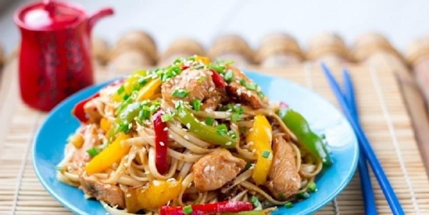 Лапша по-китайски с курицей: готовим с овощами в маринаде