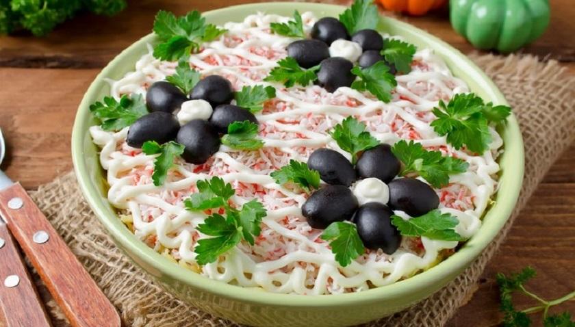 Салат с черносливом: желанный гость на любом столе