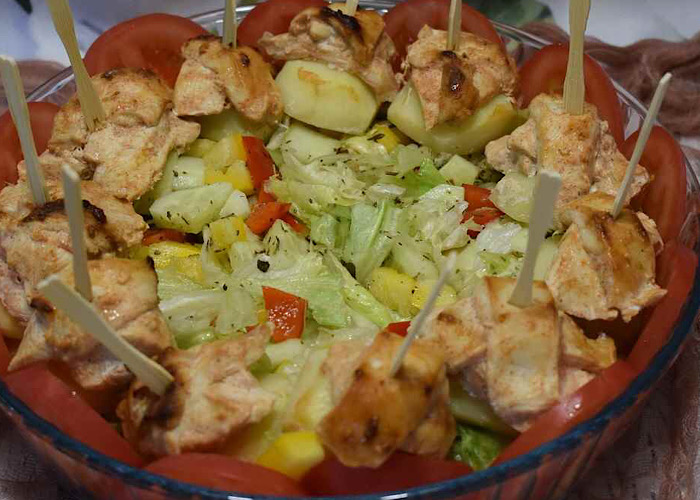 Аппетитный куриный шашлык с овощами в духовке