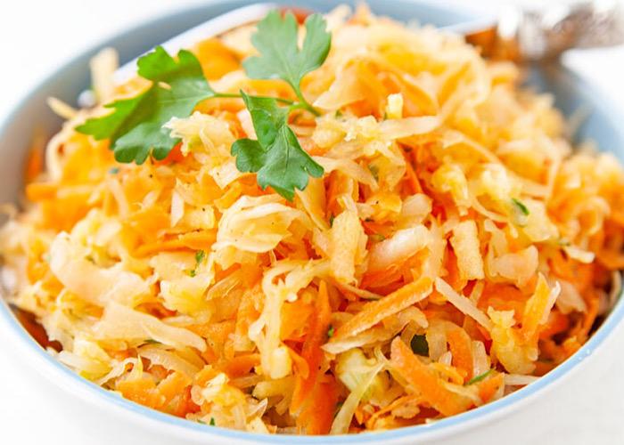 Вкуснейший салат из квашеной капусты и яблока