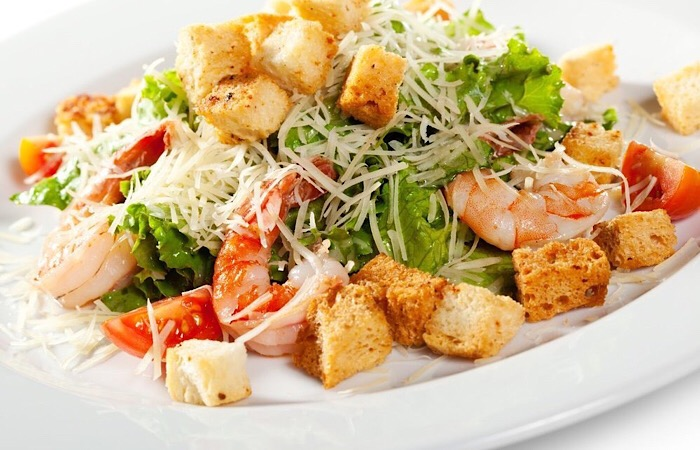 Всеми любимый салат «Цезарь» с креветками