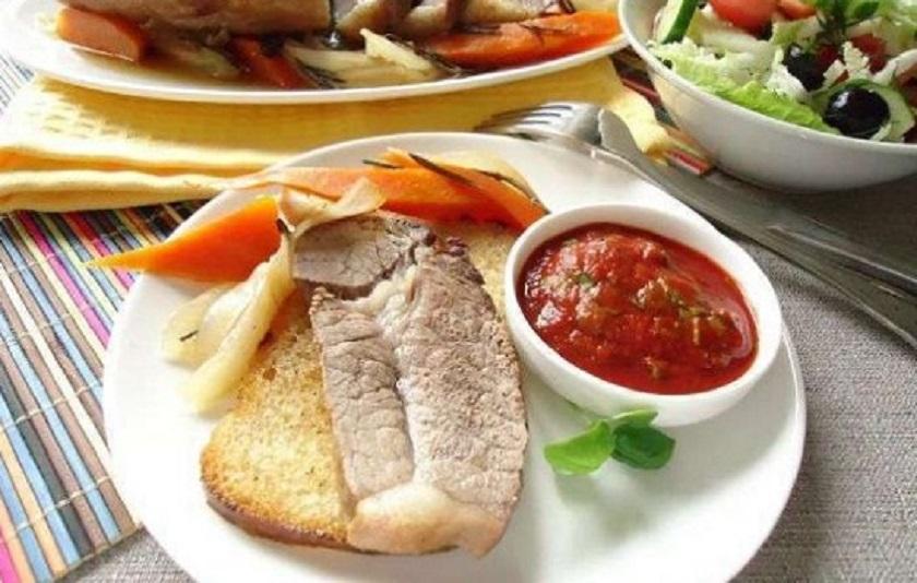 Ароматная сочная говядина на овощной подушке: секреты запекания вкусного мяса